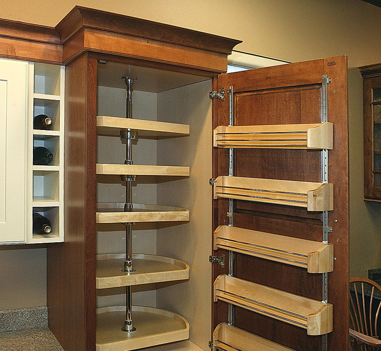 Chef Pantry with Drawer Pull Outs